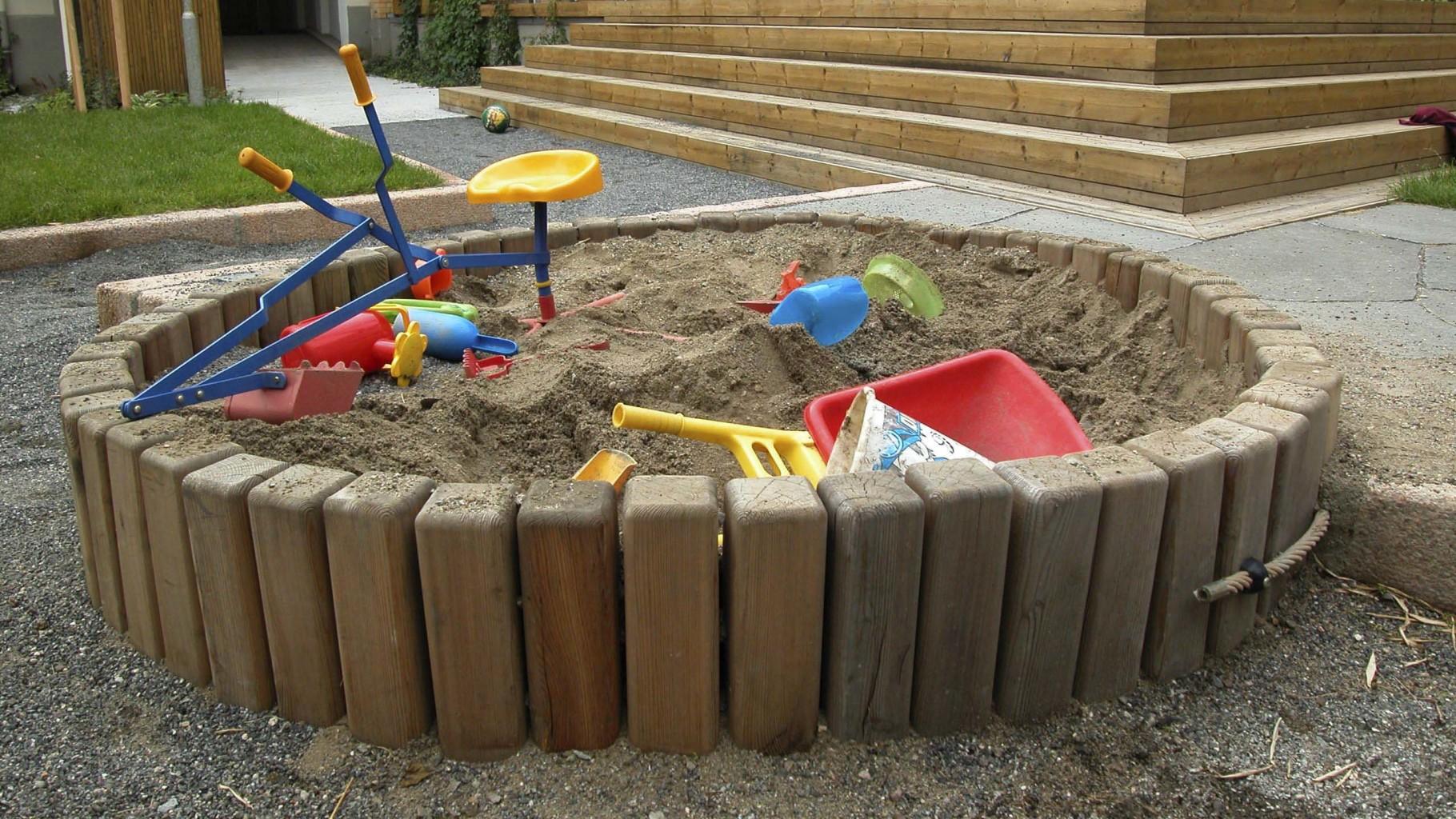 SANDKASSER: De minste barna elsker å leke i sandkassene. De er plassert ved siden av sittegruppene så hele familien kan være sammen i leken. Sandkassene er dype og hvert år skiftes sanden ut slik at den fungerer til lek og utforming av all verdens formasjoner. Utallige veier, hus, broer, borger, slott har blitt bygget her opp gjennom årene.